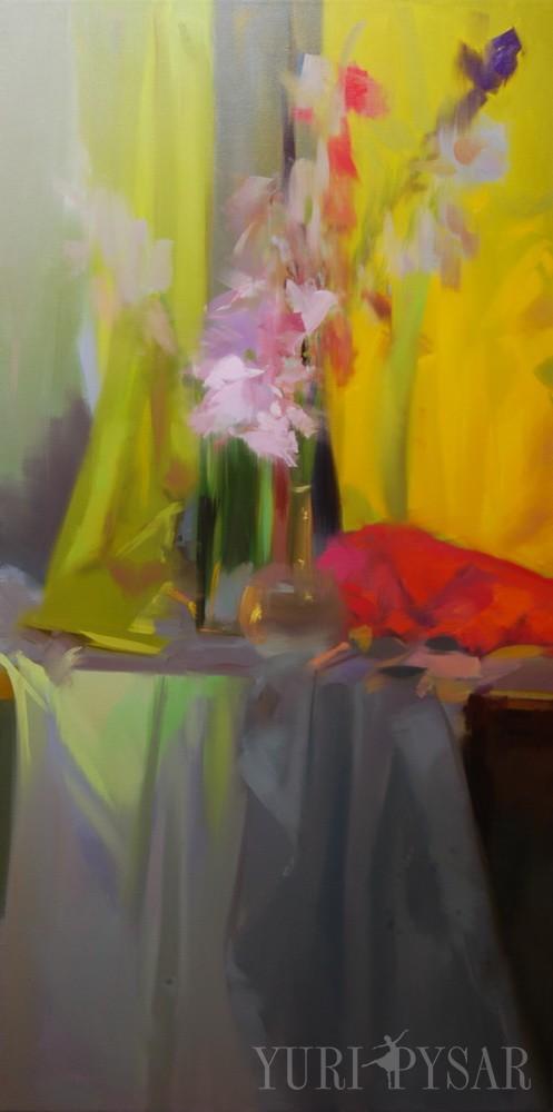картина квітів гладіолуси у вазі попереду жовтої занавіски