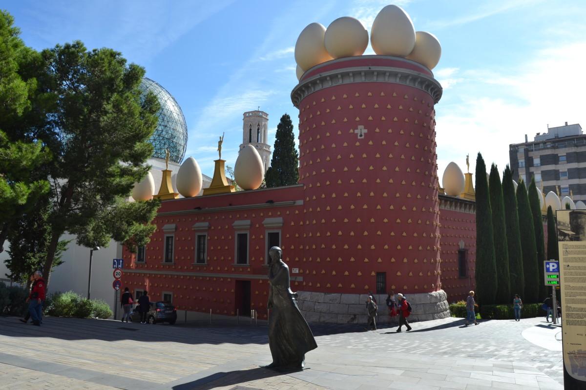 dali-theatre-museum-facade-eggs